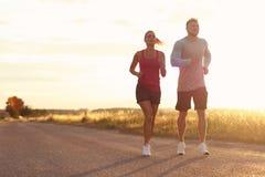 Potomstwa dobierają się jogging w suberbs po zmierzchu Zdjęcie Royalty Free