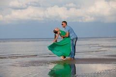Potomstwa dobierają się kochającego wakacje zdjęcia royalty free