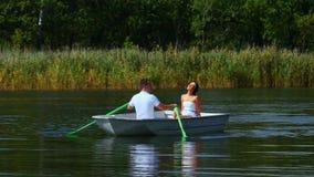 Potomstwa dobierają się miłość spacer w łodzi na jeziorze zbiory