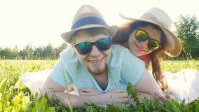 Potomstwa dobierają się mieć zabawę na trawie w parku zbiory wideo