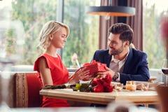 Potomstwa dobierają się na dacie w restauracyjnej siedzącej mienie teraźniejszości kobiecie patrzeje mnie docenia fotografia royalty free