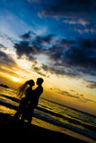 Potomstwa dobierają się na dniu ślubu na tropikalnej plaży i zmierzchu Zdjęcie Stock