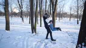 Potomstwa dobierają się na zima parku, obsługują uściśnięcie i wirują wokoło jego kobiety, zdjęcie wideo