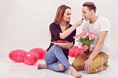 Potomstwa dobierają się obsiadanie na podłoga z balonami w formie fotografia royalty free