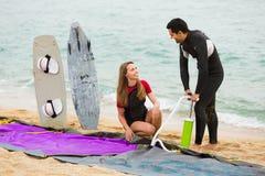 Potomstwa dobierają się odpoczywać na plaży Zdjęcie Royalty Free