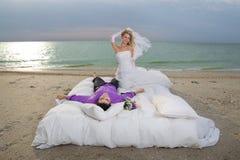 Potomstwa dobierają się odpoczywać w łóżku zdjęcia royalty free