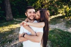 Potomstwa dobierają się odprowadzenie i całowanie w lato parku obrazy stock