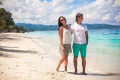 Potomstwa dobierają się odprowadzenie na piaskowatej plaży blisko morza Fotografia Stock