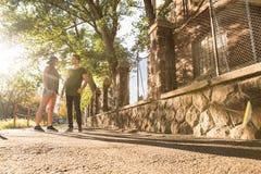Potomstwa dobierają się opowiadać w zmierzchu w miastowym środowisku zdjęcie royalty free
