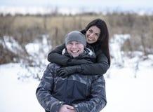 Potomstwa dobierają się outdoors bawić się, cuddling w zima parku chłopak dziewczyna jej przytulenie Szczęśliwe relaksujące rodzi Obraz Stock