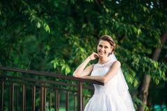 Potomstwa dobierają się, państwo młodzi chodzi ich dzień ślubu i cieszy się sunshine Lato zdjęcie royalty free