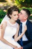 Potomstwa dobierają się, państwo młodzi chodzi ich dzień ślubu i cieszy się sunshine Lato obraz royalty free