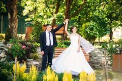 Potomstwa dobierają się, państwo młodzi chodzi ich dzień ślubu i cieszy się sunshine Lato zdjęcie stock