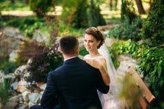 Potomstwa dobierają się, państwo młodzi chodzi ich dzień ślubu i cieszy się sunshine Lato zdjęcia royalty free