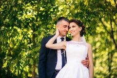 Potomstwa dobierają się, państwo młodzi chodzi ich dzień ślubu i cieszy się sunshine Lato zdjęcia stock
