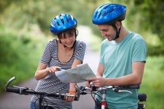 Potomstwa Dobierają się Patrzeć mapę Podczas gdy Na cykl przejażdżce fotografia royalty free