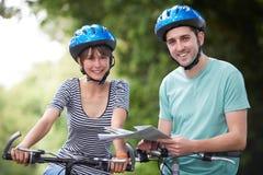 Potomstwa Dobierają się Patrzeć mapę Podczas gdy Na cykl przejażdżce obrazy royalty free