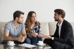 Potomstwa dobierają się przy spotkaniem z pośrednik handlu nieruchomościami, rodzina projektant wnętrz, zdjęcia royalty free