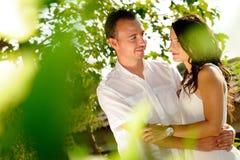 Potomstwa dobierają się przyglądające współsprawcy wśród drzew zdjęcie stock