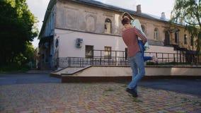 Potomstwa dobierają się przytulenie na ulicie facet trzyma dziewczyny w jego rękach Całują zdjęcie wideo