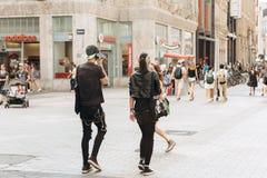 Potomstwa dobierają się punks lub przyjaciół chodzi w dół ulicę w Leipzig obrazy royalty free
