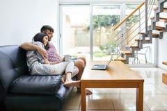 Potomstwa dobierają się relaksować film w domu i oglądać Zdjęcie Royalty Free