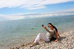 Potomstwa dobierają się robić selfie fotografii przy plażą Zdjęcie Stock