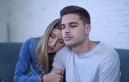 Potomstwa dobierają się 20s z mężczyzna smutny, przygnębionym cierpienie bólu złamane serce i dziewczyna daje jej chłopakowi popa Obraz Royalty Free