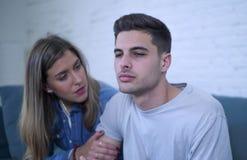 Potomstwa dobierają się 20s z mężczyzna smutny, przygnębionym cierpienie bólu złamane serce i dziewczyna daje jej chłopakowi popa Zdjęcia Stock