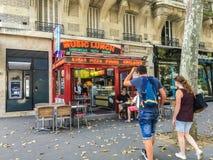 Potomstwa dobierają się spacery w kierunku kanapka sklepu w Paryż Obraz Royalty Free