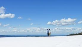 Potomstwa dobierają się statywowy wpólnie patrzeć daleko na Schafberg górze, Austria Zdjęcie Royalty Free