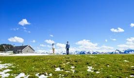 Potomstwa dobierają się stojaka na krawędzi Schafberg góra, Austria Obraz Stock