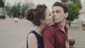 Potomstwa dobierają się uścisk each inny na miasto ulicie Przystojny mężczyzna i kobiety przytulenie zbiory