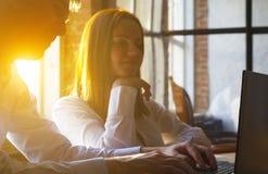 Potomstwa Dobierają się Używać laptop Na biurku Przy biurem, loft stylem i myślą wewnątrz nowożytnymi, fotografia royalty free