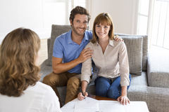 Potomstwa dobierają się właścicieli spotyka agenta nieruchomości dla domowej inwestyci Zdjęcie Stock