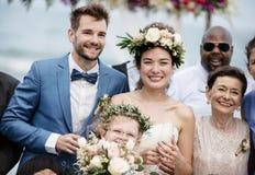 Potomstwa dobierają się w ślubnej ceremonii przy plażą obrazy stock