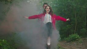 Potomstwa dobierają się w chmurach plenerowych koloru dym zdjęcie wideo