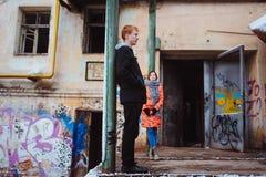 Potomstwa dobierają się w miłości, ściska w starej części miasteczko Fotografia Stock