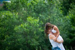 Potomstwa dobierają się w miłości chodzi w łące Obraz Stock
