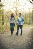 Potomstwa Dobierają się w parkowych mienia ono uśmiecha się i rękach zdjęcia royalty free