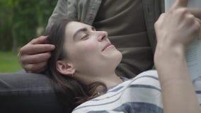 Potomstwa dobieraj? si? w przypadkowych ubraniach wydaje czas wp?lnie outdoors, mie? dat? ?adny dziewczyny lying on the beach na  zdjęcie wideo
