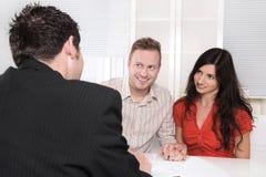 Potomstwa dobierają się w spotkaniu lub deponują pieniądze dla inwestycj - ubezpieczenie zdjęcia royalty free