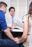 Potomstwa dobierają się w spotkaniu lub dyskusi przy bankiem. zdjęcie stock
