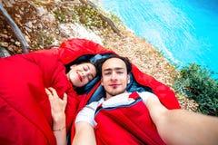Potomstwa dobierają się w sypialnych torbach blisko morza Zdjęcie Royalty Free
