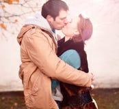 Potomstwa dobierają się w wiosny mieście, całowanie, kochają each inny, szczęśliwa rodzina, pomysłu pojęcia stylowi związki jesie Zdjęcie Stock
