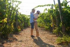 Potomstwa dobierają się, winogradów hodowcy w winnicy, Obraz Stock