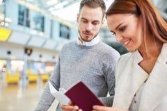 Potomstwa dobierają się z podróży dokumentacją w lotnisku zdjęcie royalty free