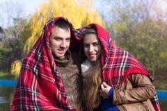 Potomstwa dobierają się zakrywają w serce kształtującym szkockiej kraty obsiadaniu na ławce Zdjęcia Stock