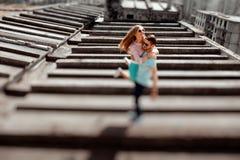 Potomstwa dobierają się mieć zabawę na szarym dachu budynek mieszkaniowy ja obraz stock