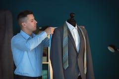 Potomstwa dostosowywaj? bra? pomiary kurtka na mannequin w atelier zdjęcie royalty free